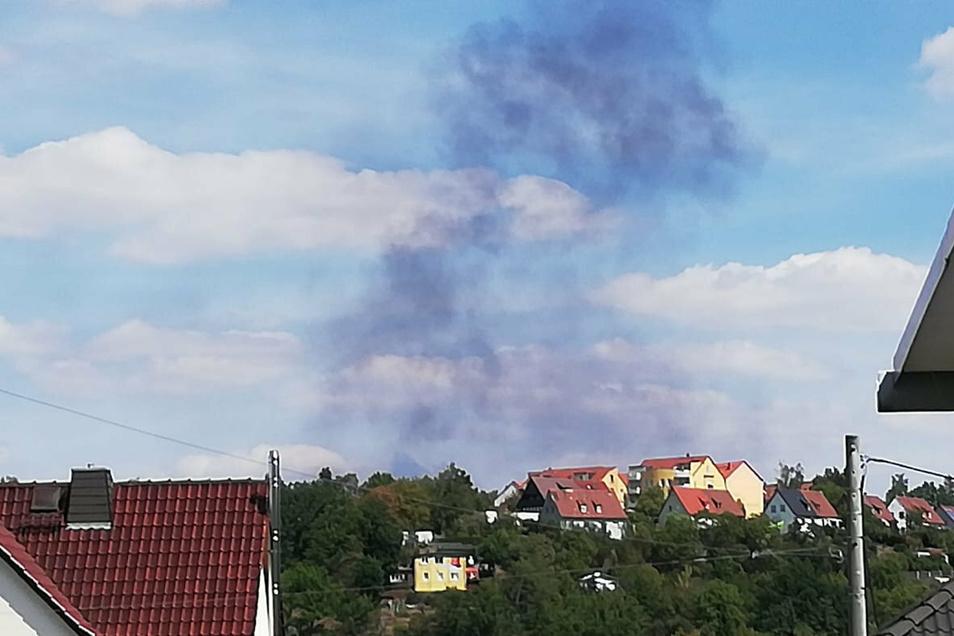 Die Rauchwolken, die ein brennendes Auto verursacht hat, waren bis zum Wohngebiet Wanne zu sehen.