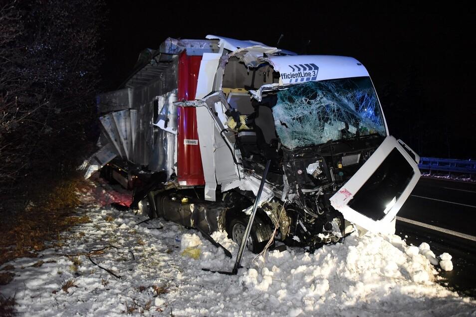 Fast vier Stunden war die A4 in Richtung Chemnitz am Mittwochabend zwischen den Anschlussstellen Siebenlehn und Berbersdorf aufgrund eines Unfalls gesperrt.