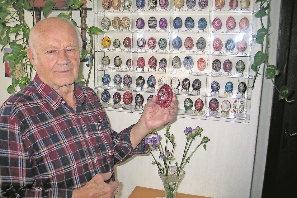Kurt Pluta liebt Blütenmotive. Der 85-Jährige verziert nicht nur Eier, er sammelt sie auch. Besonders wertvoll sind ihm drei Eier seiner Mutter von 1950, die ihrerzeit eine der besten Kratzerinnen in Oberschlesien war. Abgesehen von den Raritäten hat e