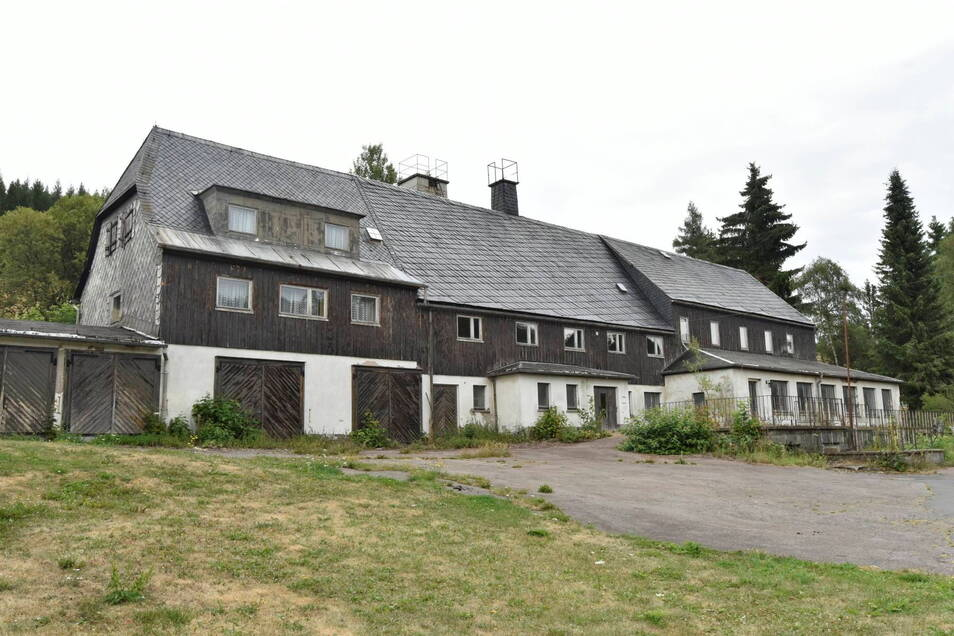 Das Möplü-Betriebsferienheim stand vorher an der Stelle der drei Häuser. Seit 1992 stand es leer.