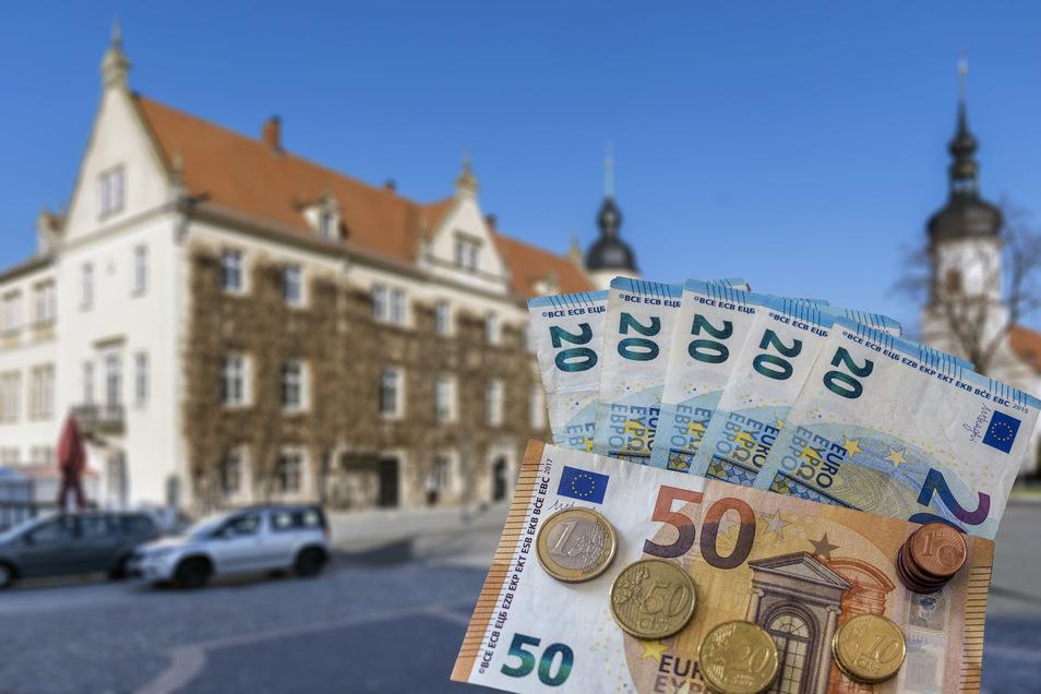 Riesas Rathaus (Hintergrund) wagt öffentlich derzeit keine Prognose, wie schwer die Coronakrise die Stadtfinanzen treffen wird.
