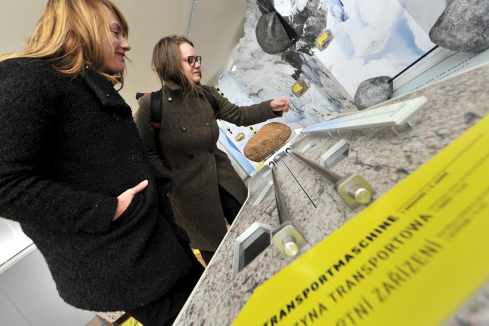 Zwei der Ausstellungsmacher an der Transportmaschine: Franziska Wand von Deck 61 Grad für Licht und Raum sowie die grafische Gestalterin Barbara M. Duraj.