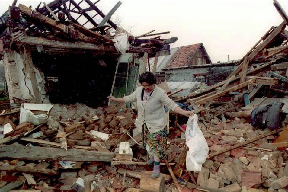 Die bosnische Muslima Ziba Suba sucht im April 1995 in den Trümmern ihres bei einem serbischen Angriff zerstörten Wohnhauses in Sarajevo nach den letzten Habseligkeiten.
