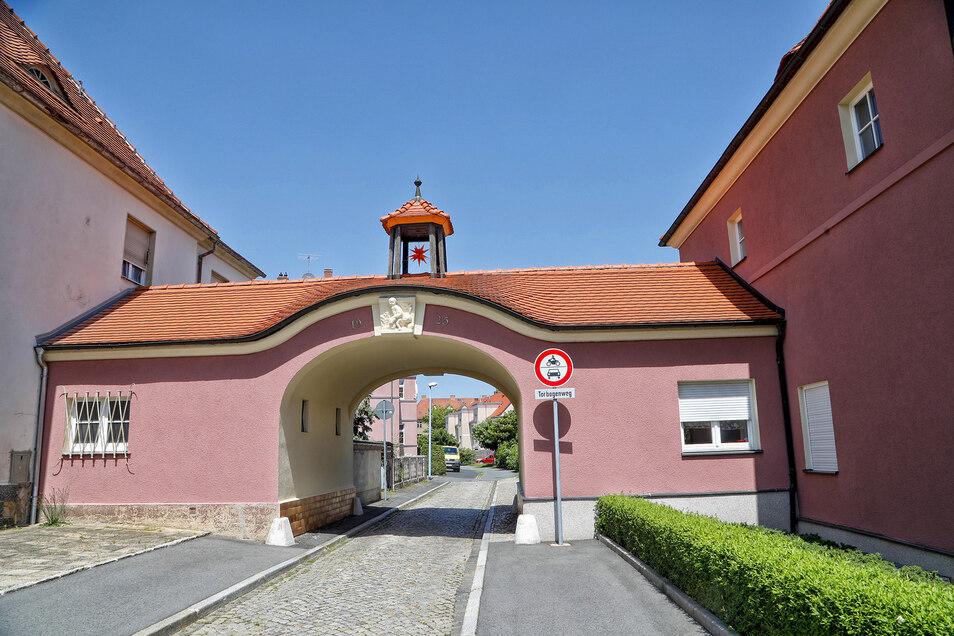 Der sanierte Torbogen zwischen Torbogenweg und Oertelplatz.