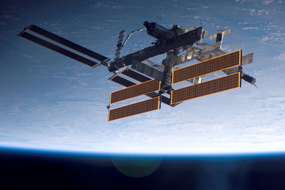 Die Internationale Raumstation (ISS) in der Erdumlaufbahn wird Anfang Oktober Kulisse für einen Fimdreh im All.