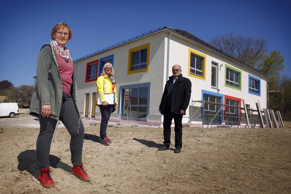 Die Arbeiten an der neuen Kita im Kamenzer Ortsteil Wiesa sollen bis Ende Juli abgeschlossen werden. Leiterin Annegret Kühnemann (l.), Projektleiterin Mandy Remus und Oberbürgermeister Roland Dantz freuen sich über den aktuellen Baufortschritt.