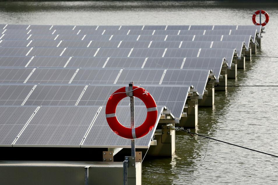Schwimmende Sonnenkraftwerke haben eine Reihe von Vorteilen. Es gibt kaum Konflikte mit anderen Nutzungen der Flächen, eine intensive, ganztägige Sonneneinstrahlung - und das Wasser hat einen kühlenden Effekt auf die Module.