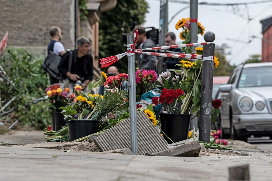Blumen und Kerzen haben Menschen an der Stelle abgestellt, an der vier Menschen bei einem Verkehrsunfall gestorben waren.
