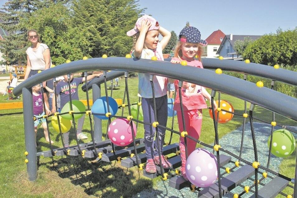 """Tagesmutti Doreen Bochnig (li) war vom neuen Spielplatz ebenso begeistert wie ihre """"Piepmatz""""-Kinder und Luise und Thea von der Vorschulgruppe der Kita """"Bergpiraten""""."""