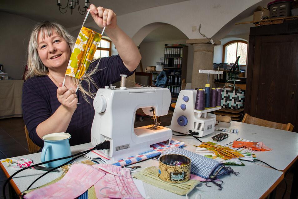 Susanne Harz aus Höckendorf leitet das Nähcafé, ein Projekt des Vereins Treibhaus. Weil sich die Frauen derzeit nicht treffen können, nähen sie zu Hause sogenannte Community-Masken. Dafür gibt es großen Bedarf.