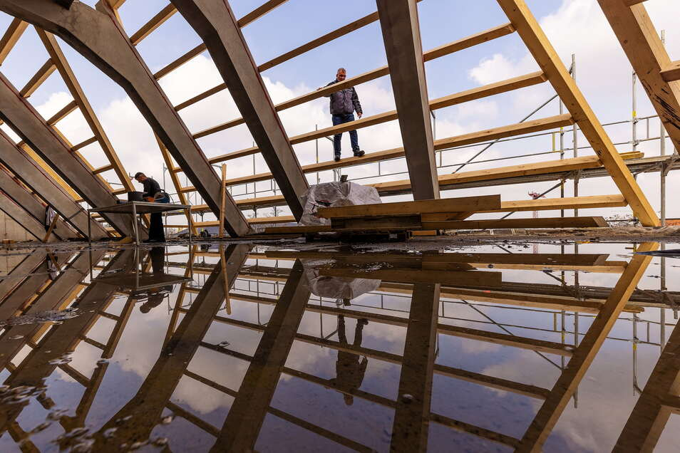 Bei der Sanierung des Beyerbaus der TU Dresden spiegelt sich das Dilemma der Baubranche. Wegen des Materialmangels wird es knapp mit der Fertigstellung des Dachtragwerks bis Ende November.