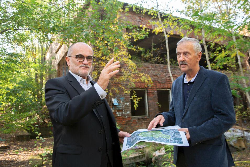 Der Kamenzer OB Roland Dantz (l.) und Bau-Sachgebietsleiter Frank Kunze auf dem Gelände des früheren Glaswerks in Kamenz: Die Stadt will das Gebiet entwickeln.
