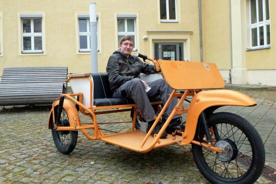 Michael Klärner, Bachelorstudent des Maschinenbaus und IURS-Stipendiat, am Steuer der wiederaufgefundenen Schwalbe Duo; hier noch mit Mittelmotor.