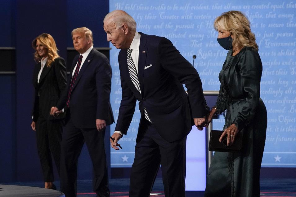 Die Kandidaten mit ihren Ehefrauen: ganz links First Lady Melania Trump, ganz rechts Jill Biden.