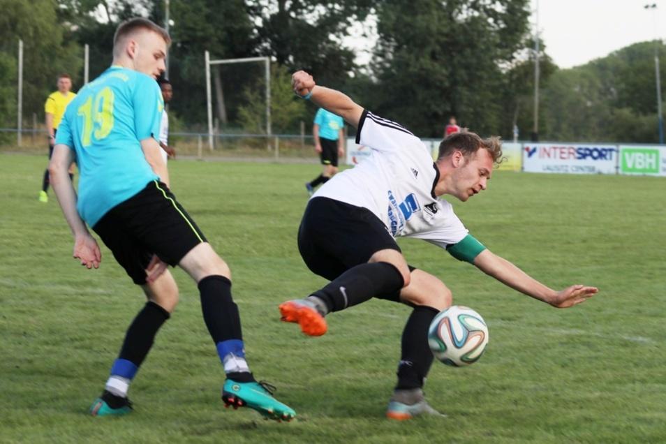 Auch in schwieriger Situation Haltung und Ball bewahren – das gelang den Spielern der in Weiß antretenden SpVgg Lohsa/Weißkollm.