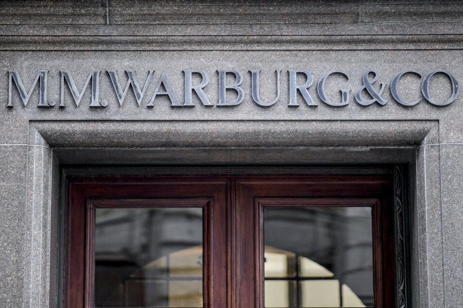 Die Privatbank M.M. Warburg, die in die Geschäfte involviert war, muss gut 176 Millionen Euro Steuerschulden zahlen.