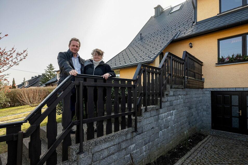 Petra und Hans-Peter Schröder stehen auf der Treppe vor ihrem Haus in Klingenberg. Darunter führt eine Hauptwasserleitung durch, die erneuert werden soll. Dagegen haben die Anwohner Bedenken.