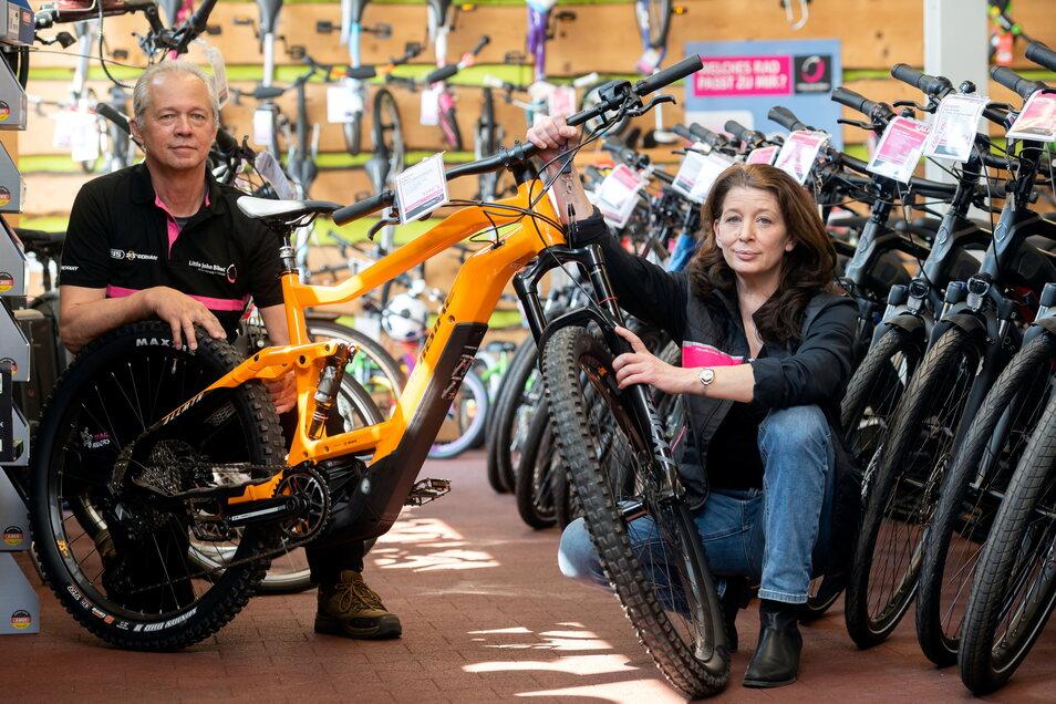 Andreas Elger und Petra Waury arbeiten seit elf Jahren in der Neukircher Filiale von Little John Bikes. Die aktuell guten Verkaufszahlen haben auch Schattenseiten, sagen sie.