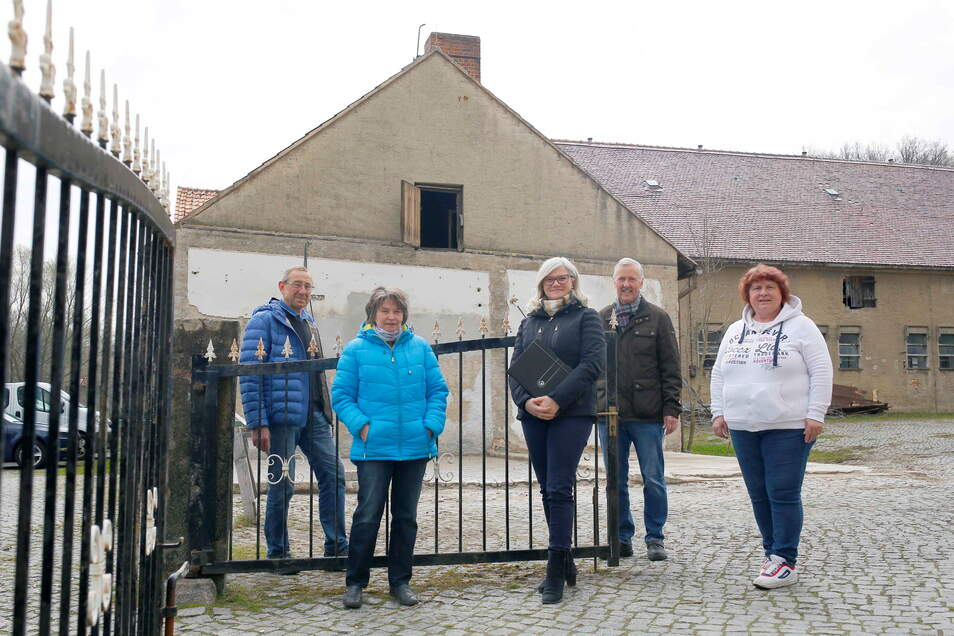 Noch ist der alte Stall in Kamenz-Wiesa grau. Doch Ortsvorsteher Rolf Ziesche (l.), Gerlinde Hönert (2.v.l.) und Ramona Otto (r.) vom Heimatverein, Projektleiterin Mandy Remus und Bauamtsleiter Frank Kunze treiben den Umbau zum Dorfgemeinschaftshaus vora