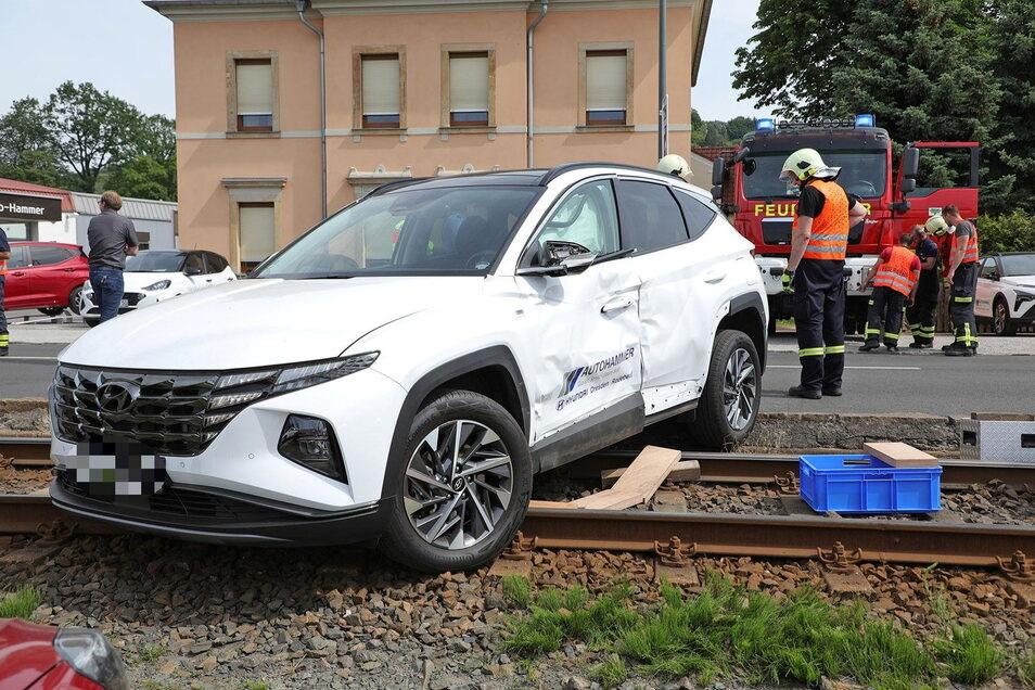 Der Hyundai hatte nach links abbiegen wollen und dabei scheinbar die Straßenbahn nicht kommen sehen.