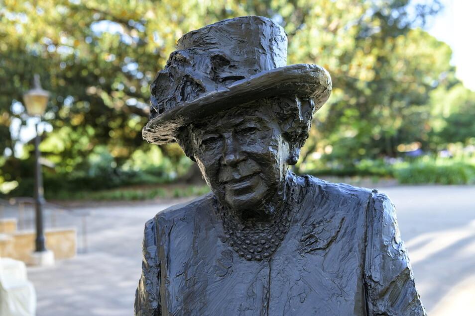 Das vom Buckingham Palast herausgegebene Foto zeigt die Statue von Königin Elizabeth II., gestaltet von Robert Hannaford, die auf dem Gelände des Regierungsgebäudes in Adelaide aufgestellt wurde.