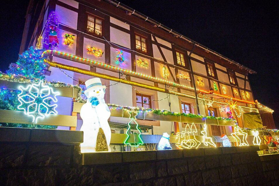 Wohnt hier der Weihnachtsmann? Rentiere und Schlitten stehen zumindest bereit im hell erleuchteten Vorgarten dieses Hauses an der Rathausstraße in Hohnstein.