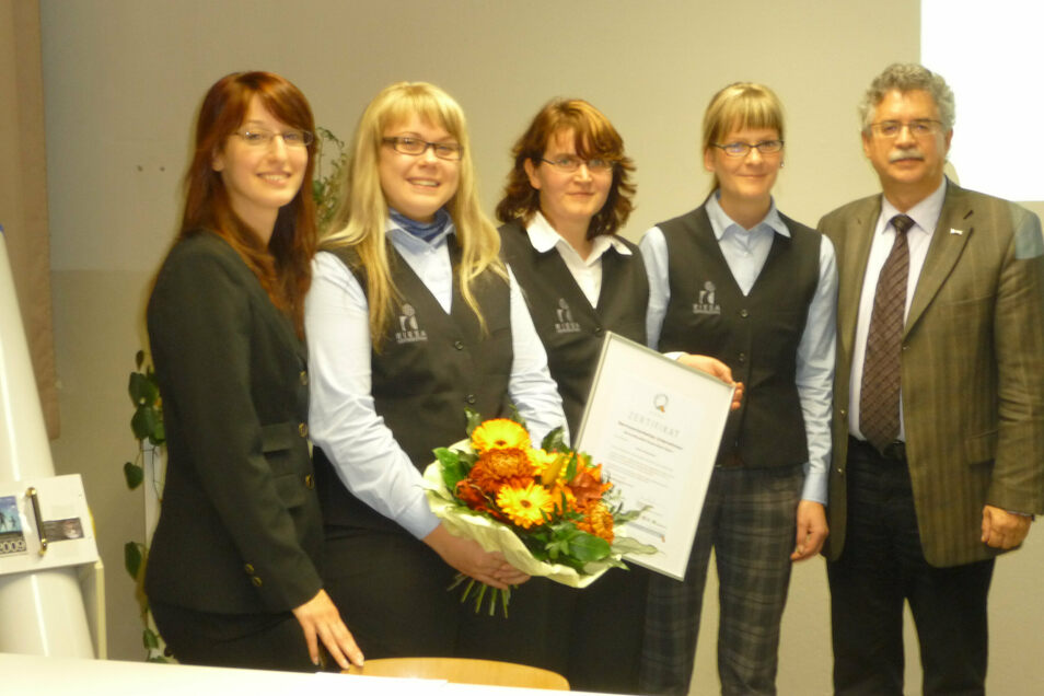 Ein Bild aus der Anfangszeit: das Team der Riesa-Info um die damalige Chefin Manuela Langer (M.) 2009, rechts Kurt Hähnichen, links Ramona Tilp vom Landestourismusverband.