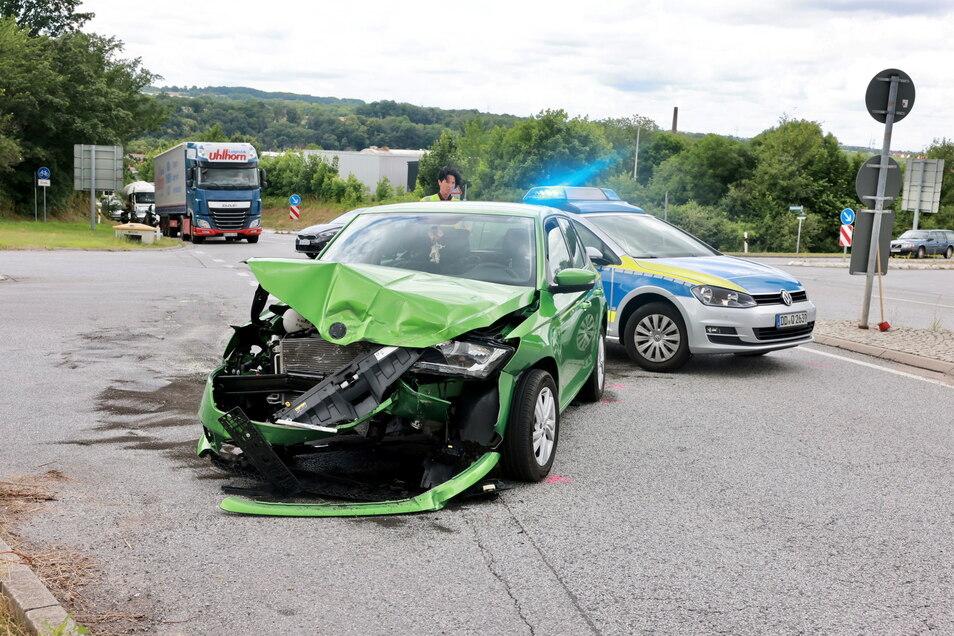 Unfallaufnahme: Der grüne Skoda Fabia wurde stark beschädigt, der Fahrer musste ins Krankenhaus.