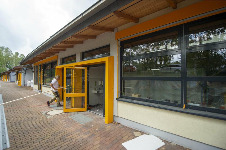 Dass die Klassenzimmer auch von außen zugänglich sind, ist während der Bauarbeiten in den Fluren von großem Vorteil.