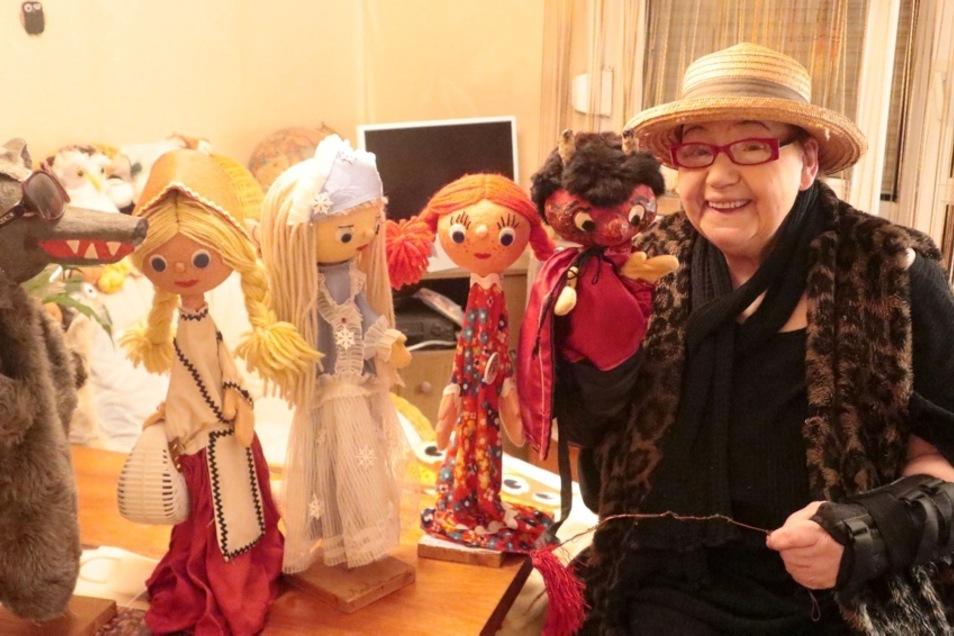 Brigitte Führer (84) aus Hoyerswerda zeigt zu Hause einige ihrer Puppen wie Rotkäppchen, Wolf, Schneekönigin, Zöpfchen und Teufel. Ein Teil ihres Bestandes ist jetzt in der Weihnachtsausstellung im Zejler-Smoler-Haus Lohsa zu sehen.