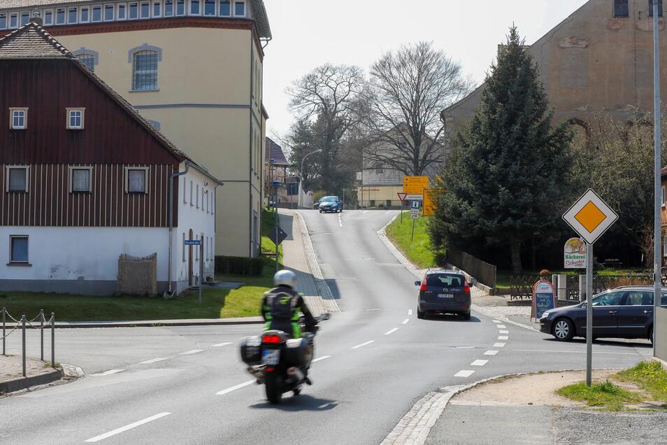 An dieser Kreuzung an der Friedrich-Ludwig-Jahn-Straße wird in Oderwitz ab Montag gebaut. Von der B96 gibt es dann nur eine Einbahnstraße zur B178 nach Großhennersdorf.