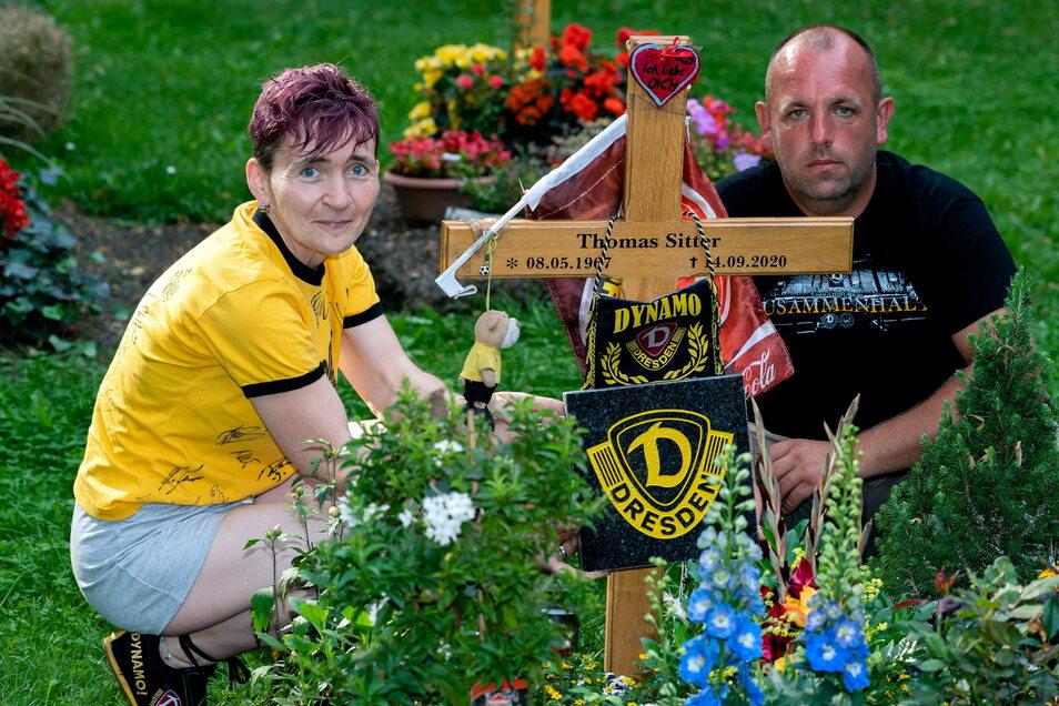 Jacqueline Sitter und Gerd Matejo legen auf dem Bautzener Taucherfriedhof gemeinsam die Grabplatte mit dem Dynamo-Logo auf die letzte Ruhestätte von Thomas Sitter, der wie sie großer Dynamo-Fan war.
