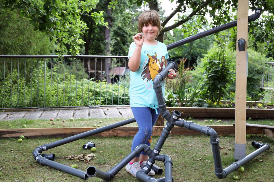 Lia-Marie (7) aus Dommitzsch bei Torgau testet die neue Murmelbahn im Riesaer Tierpark.