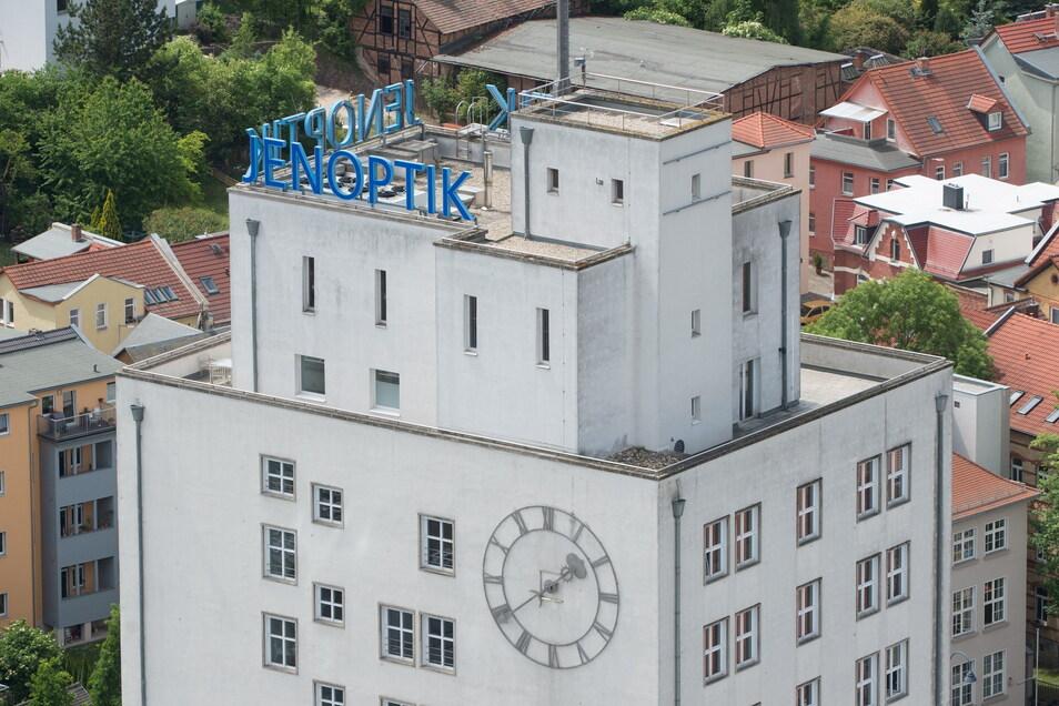 Der Schriftzug Jenoptik auf einem der Firmengebäude der Jenoptik AG. Der Konzern will in Dresden investieren.