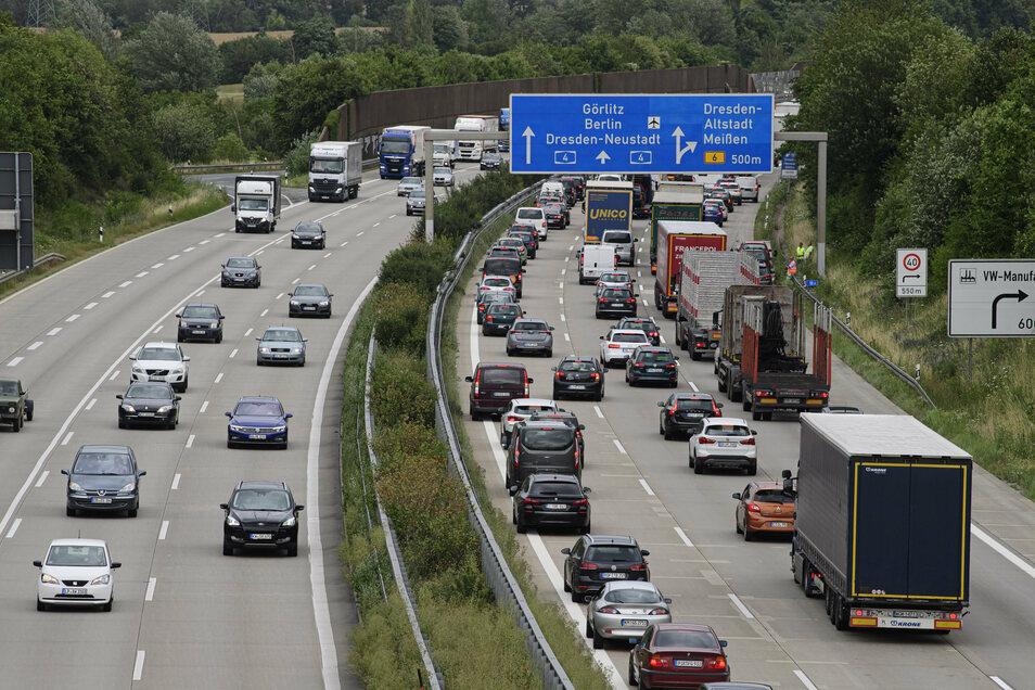 LKW und Autos stauen sich auf der Bundesautobahn A4 in Fahrtrichtung Görlitz.