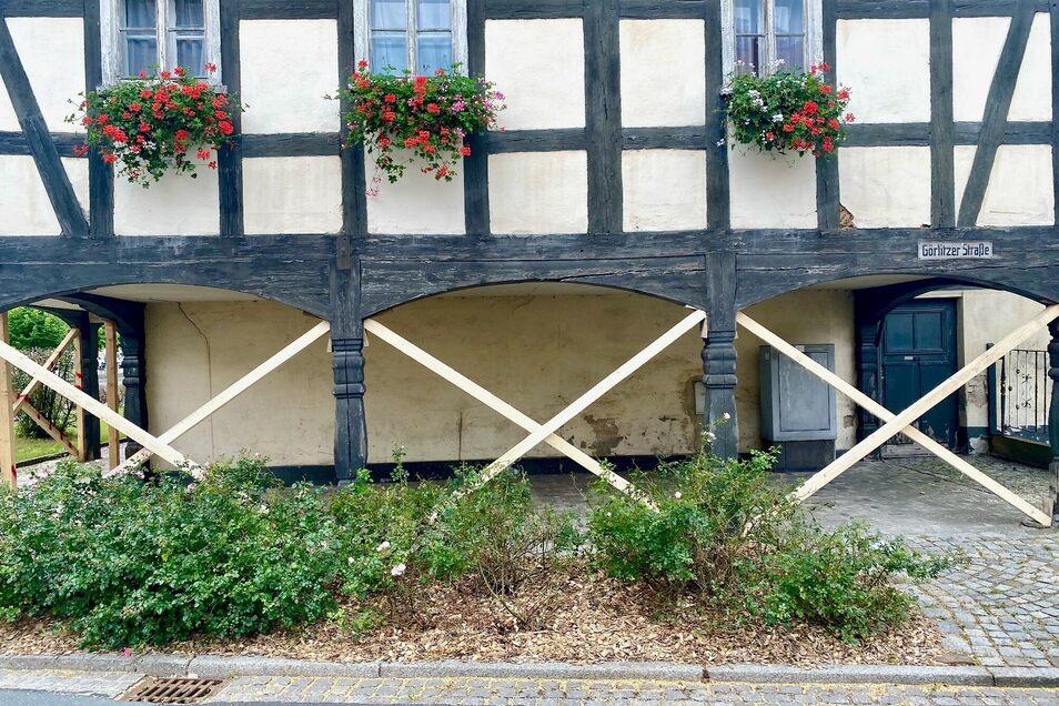 Das Eckhaus an der B99-Kurve in Hirschfelde wurde mit zusätzlichen Balken abgestützt. Fachleute kritisieren allerdings die Ausführung.