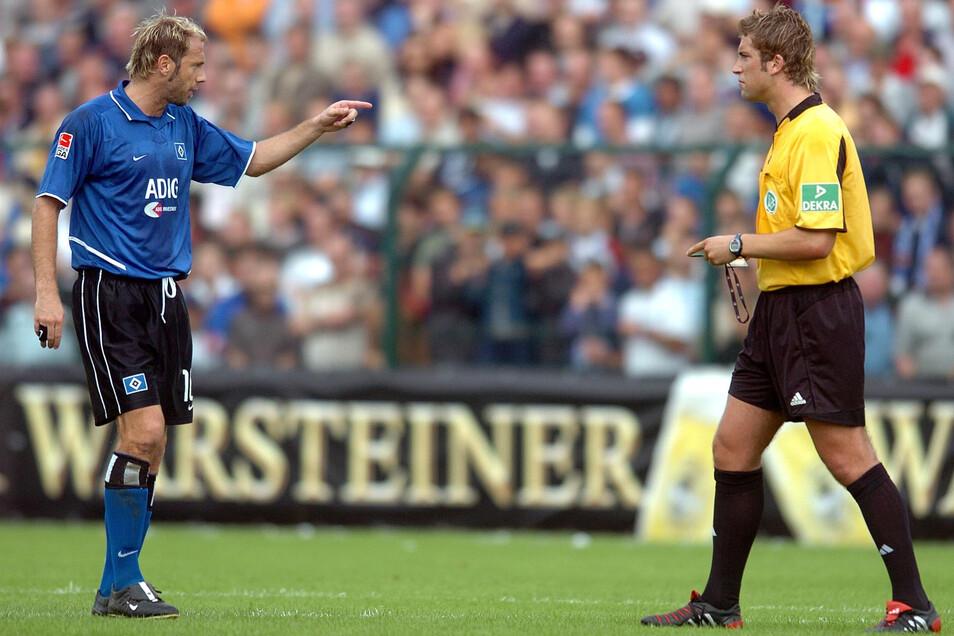 Der Hamburger Profi Sergej Barbarez (l.) zeigt auf Robert Hoyzer. Der Schiedsrichter verhalf Paderborn im DFB-Pokal im August 2004 in die nächste Runde