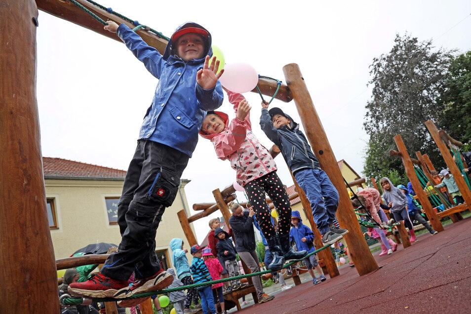 """Endlich klettern: Auf die Freigabe ihres Niedrigseilgartens mussten die Kinder der Riesaer Kita """"Am Park"""" einige Monate warten."""