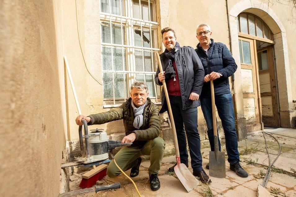 Mit einem symbolischen Spatenstich starten Architekt Uwe Seidel sowie Mario Franceschi und Armin Schück von der Schlossblick Pirna GmbH am Freitag die Sanierung des Haupthauses.