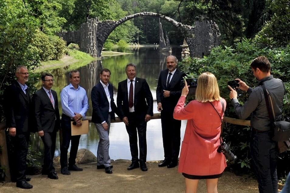 Die Rakotzbrücke. Die Basaltbogenbrücke ist das Fotomotiv schlechthin für alle Besucher des Kromlauer Parks. Auch am Sonnabend fanden sich Ministerpräsident Michael Kretschmer (Mi.), der Gablenzer Bürgermeister Dietmar Noack (2.v.re.) und andere Gäs