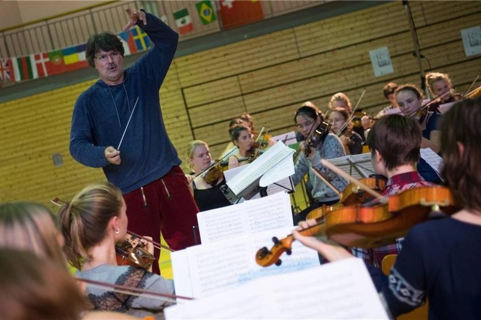 Dirigent Milko Kersten leitet eine Gesamtprobe des Landesjugendorchesters Sachsen.