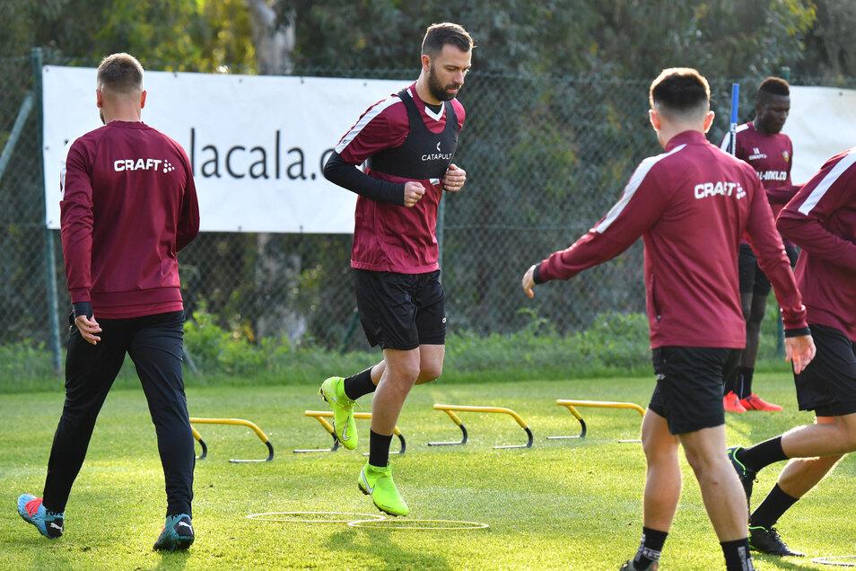 Neuzugang Josef Husbauer (m.) lernt seine neuen Mannschaftskollegen beim ersten Training mit Dynamo kennen.