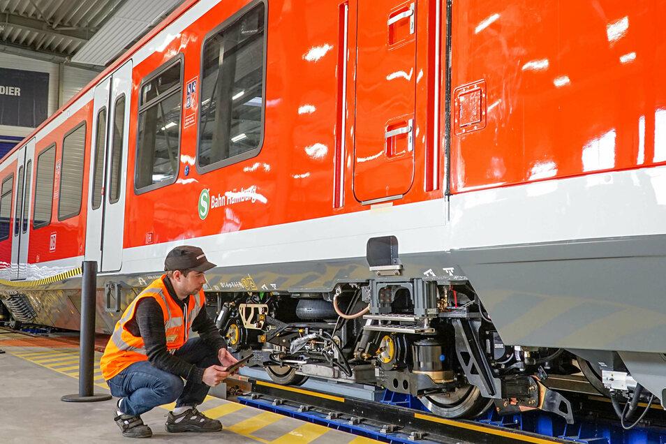 Bombardier-Mitarbeiter Rico Pretze prüft im Bautzener Werk die Räder eines neuen S-Bahn-Wagens für Hamburg. 2021 will der französische Alstom-Konzern den Konkurrenten Bombardier übernehmen.