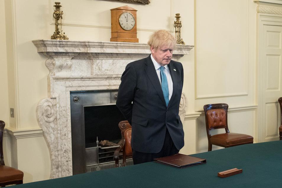 Boris Johnson nimmt an einer Schweigeminute teil zum Gedenken an die etwa 100 Ärzte und Pfleger, die an den Folgen einer Corona-Infektion gestorben sind. Der Premierminister zeigte anfangs wenig Interesse an der Ausbreitung des Virus.