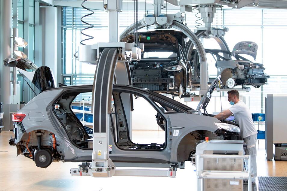 Der Mangel an Mikrochips und anderen wichtigen Elektronik-Bauteilen setzt der Autoindustrie weiter zu.