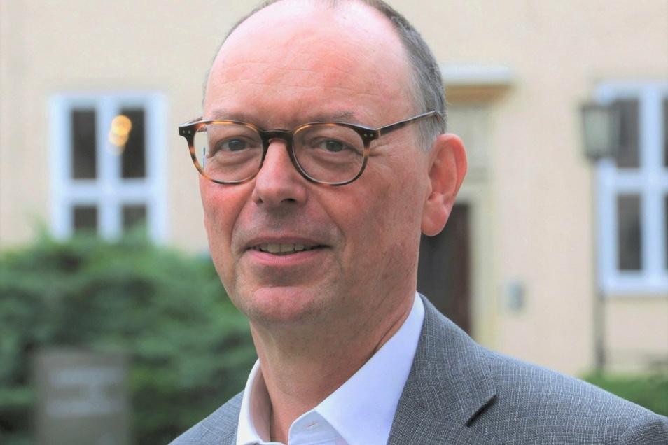 Der erfahrene Botschafter Ekkehard Brose, Präsident der Bundesakademie für Sicherheitspolitik, steht bei der Online-Konferenz Rede und Antwort, wie Frieden gesichert werden kann.