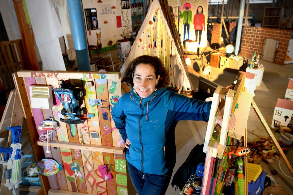 Künstlerin Gretl Kautzsch hat gemeinsam mit Schülern in der Herrnhuter Kirchsaalbaustelle ein Labyrinth errichtet.