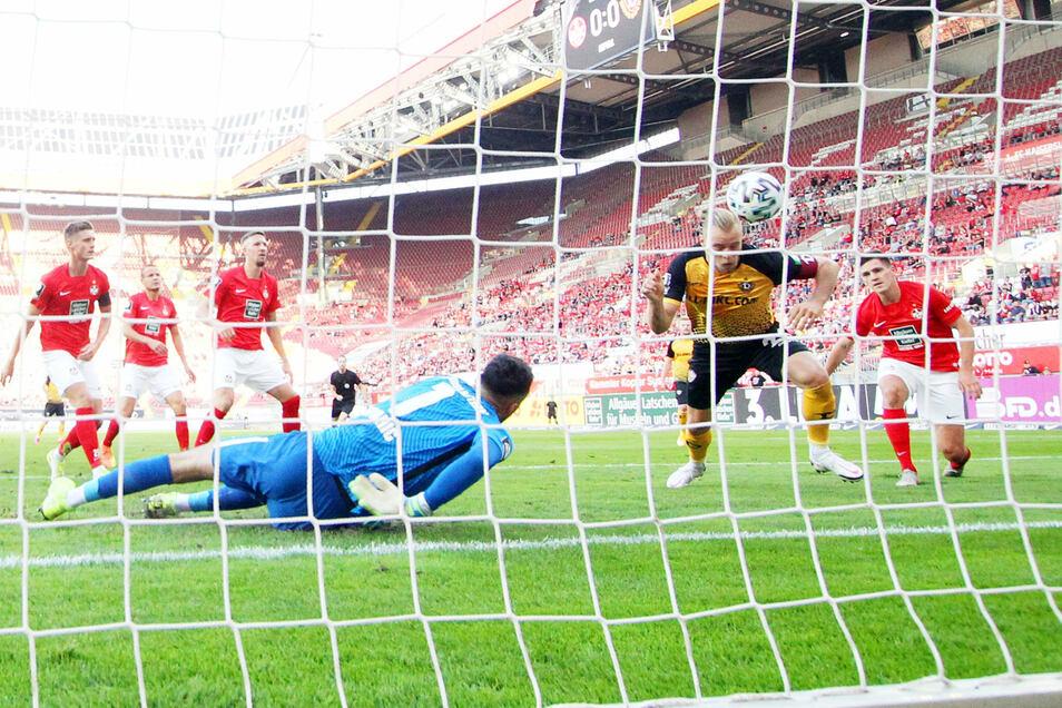 Der Siegtreffer für Dynamo: Sebastian Mai trifft zum 0:1 gegen Kaiserslauterns Torwart Avdo Spahic.