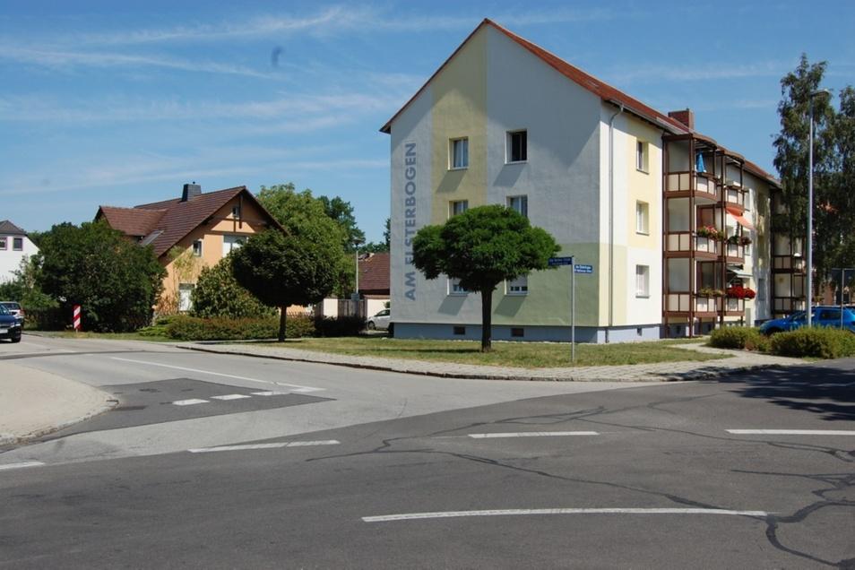 Neue Markierungen auf der Fahrbahn sind in den letzten Tagen im Bereich Alte Berliner Straße / Elsterbogen aufgebracht worden, um das Unfallrisiko zu senken.