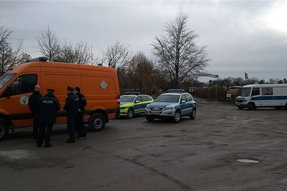 Die Polizei und der Kampfmittelbeseitigungsdienst sind am Sammelplatz bei der Kleingartenanlage Zur Sonne.